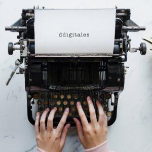 máquina de escribir con el nombre de la empresa escrito para dejar claro que somos una agencia SEO