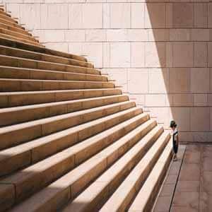 Representamos nuestro servicio de estrategia para empresas con un niño intentando subir unas escaleras. Cómo subir estas escaleras es una metáfora del sentido estratégico.