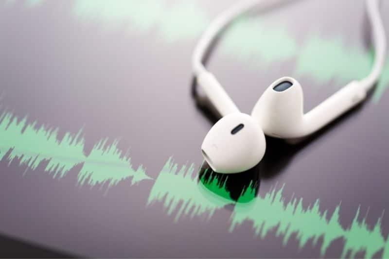 auriculares sobre ondas de sonido en una pantalla