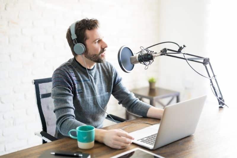 Hombre grabando un podcast