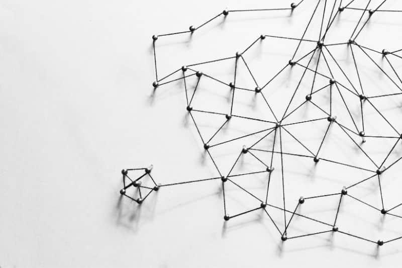 Hilo y tornillos simulando enlaces en fondo blanco