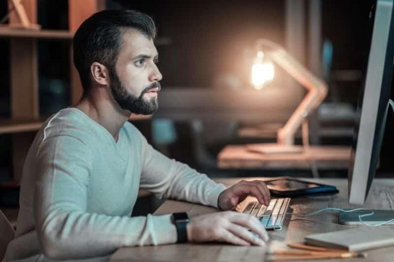 Hombre buscando en internet